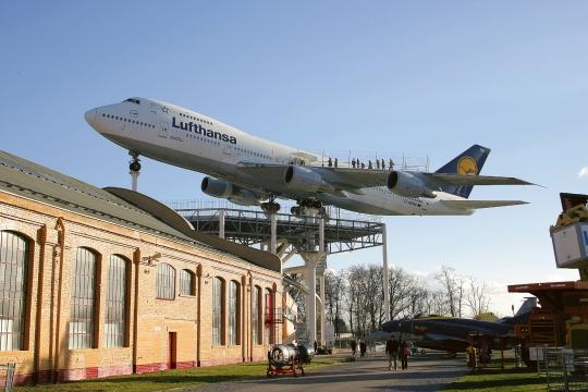 Auf hohen Stützen lädt die Boeing 747 die Besucher des Technik MUSEUM SPEYER zu einem Besuch im Inneren ein.