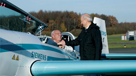 Geschafft! Walter Extra nach dem Rekordflug, es gratuliert Dr. Frank Anton, Leiter eAircraft von Siemens