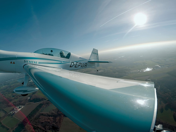 Weit oben: Walter Extra beim Rekordflug über seiner Homebase, dem Flugplatz Dinslaken Schwarze Heide (EDLD)