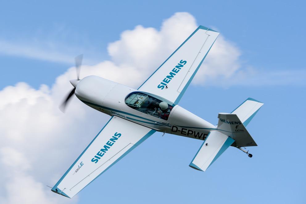 Dynamisch: Mit einem Viertel Megawatt Leistung steht die elektrisch angetriebene Extra 330LE bestens im Futter. Ihre Flugdauer ist auf etwa 20 Minuten begrenzt