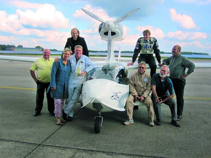 Geschafft! Das Flywhale-Team feiert den Erstflug des amphibischen Wasserflug-ULs