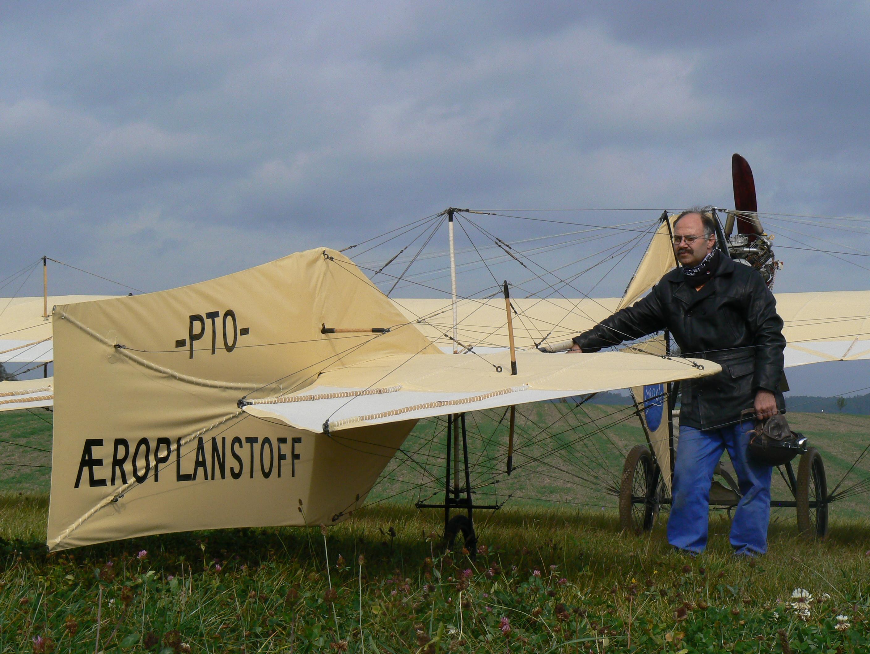 Flugzeugbauer Roman Weller mit seinem Grade-Eindecker vor der Flugerprobung