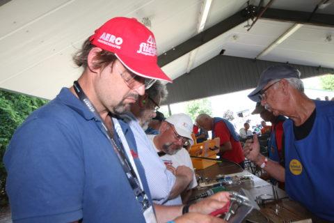Im EAA-Workshop lernt man den Umgang mit Niethammer und Bucking Bar