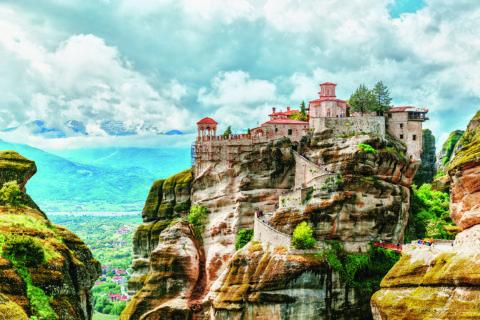 Die griechischen Meteora-Klöster sind aus der Luft und am Boden imposant