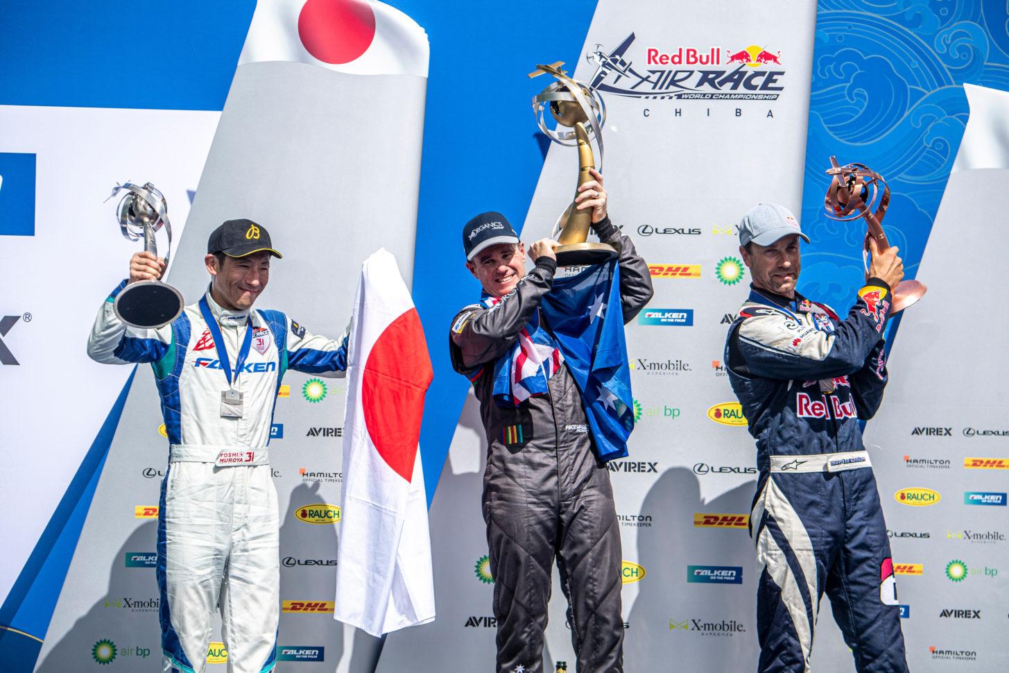 Matt Hall aus Australien feiert mit Yoshihide Muroya aus Japan und Martin Sonka aus der Tschechischen Republik während der Preisverleihung bei der vierten Runde der Red Bull Air Race-Weltmeisterschaft im September in Chiba, Japan 8, 2019.