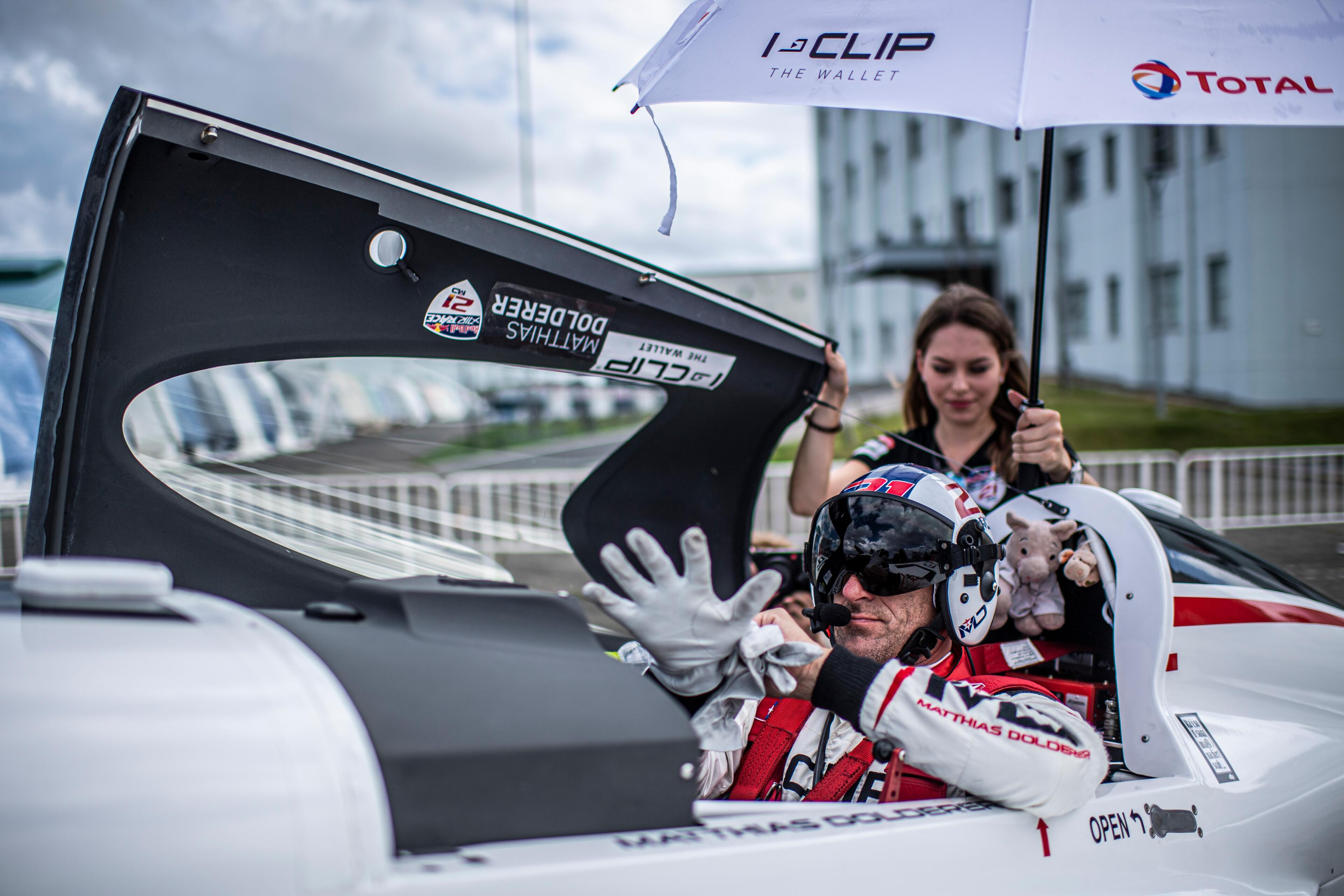 Matthias Dolderer aus Deutschland bereitet sich während des Finales der vierten Runde der Red Bull Air Race-Weltmeisterschaft am 8. September 2019 in Chiba, Japan, auf seinen Flug vor.