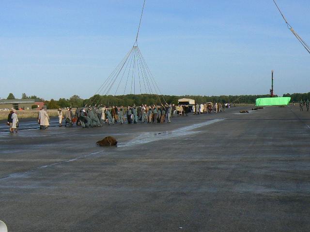 Als Soldaten verkleidete Statisten simulieren das Halten der Seile des Zeppelins.