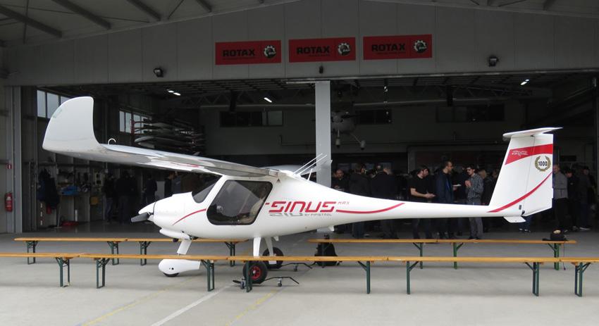 Feierlich: Die 1000. Sinus steht vorm Hangar, sie gehört einem Kunden in Surinam