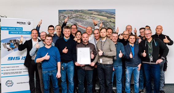 Geschafft! Das BRP-Rotax-Team feiert die EASA-Zulassung des neuen Motors