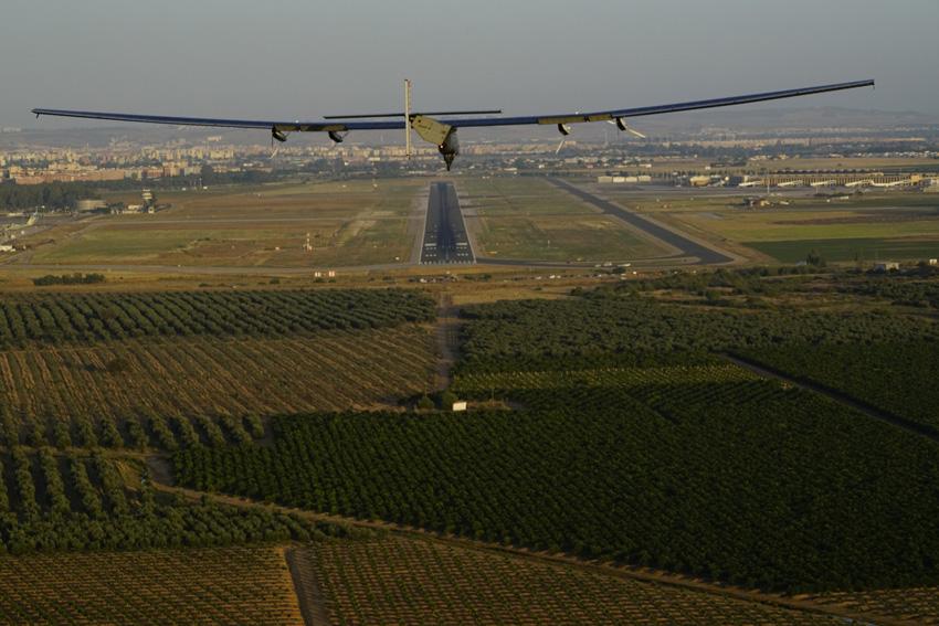 Bereit zur Landung: Solar Impulse 2 im Anflug auf den Airport Sevilla