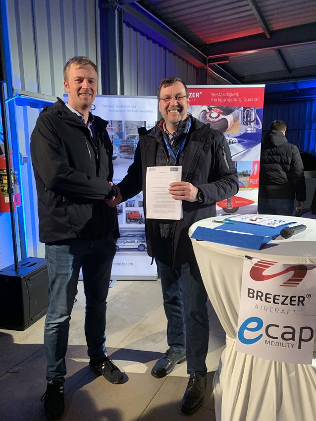 Spannend: Henning Boysen von Breezer Aircraft und Dirk Lehmann von eCap machen gemeinsame Sache