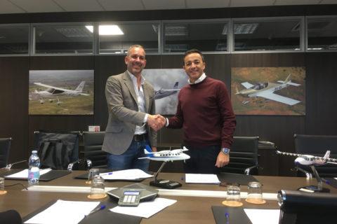 Kauf besiegelt: AHM-Geschäftsführer Frank Steinbacher (links) und Tecnam-Verkaufsleiter Walter De Costa
