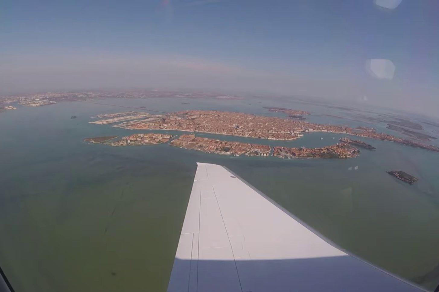 Businessjet Pilatus PC-24 landet in Lido di Venezia